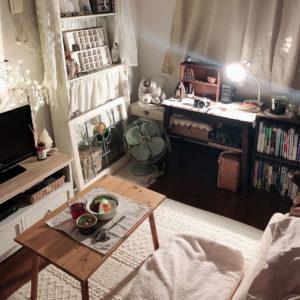 6畳部屋でベッドを背もたれにしている画像
