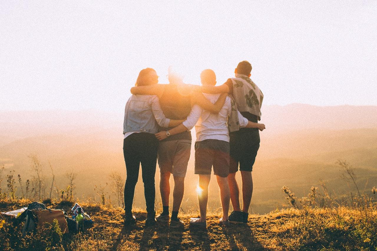 友人と肩を組む